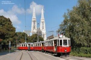 Ein prächtiger Dreiwagenzug von Rent a Bim vor der Votivkirche