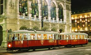 Particularly atmospheric: a classic tram from Rent a Bim in front of illuminated State Opera in Vienna in the evening