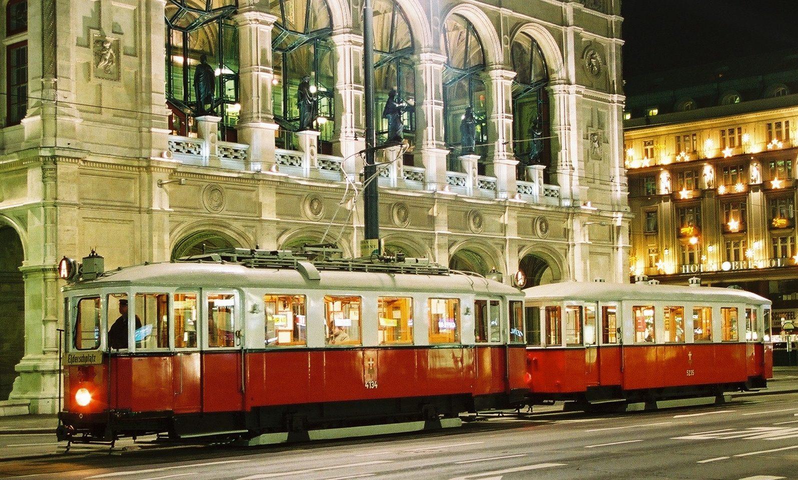 Besonders stimmungsvoll: Ein Oldtimer von Rent a Bim vor der abendlich illuminierten Staatsoper in Wien