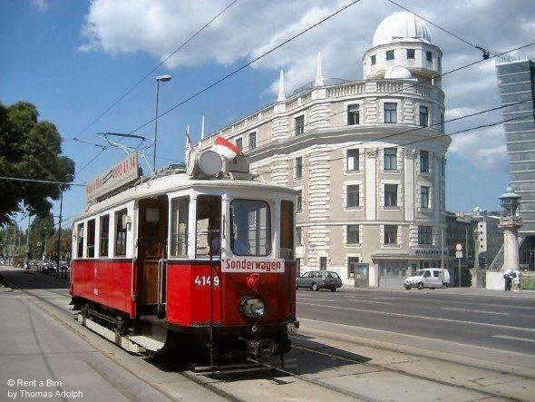 Mit dem Oldtimer in Wien unterwegs, hier vor der Urania